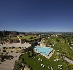Panoramica su Borgo Brufa Spa Resort, Brufa di Torgiano (PG), Umbria, Italia.