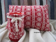 """Rød strikkenostalgi"" Redesignet matchende putetrekk og trekk til boksen med opptenningsposer - dinbod.no Matcha, Throw Pillows, Toss Pillows, Cushions, Decorative Pillows, Decor Pillows, Scatter Cushions"