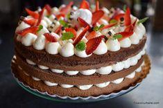 Tort de capsuni cu crema de mascarpone cu vanilie | Savori Urbane Easy Desserts, Delicious Desserts, Yummy Food, Cake Recipes, Dessert Recipes, Jacque Pepin, Cheesecake, Food And Drink, Birthday Cake