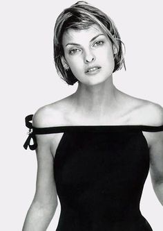 LBD- Linda Evangelista, S/S Versace, 1994 by Richard Avedon. I love the naivete and the openess of her face. Very beautiful, and very factual. No idealism, just grace. Linda Evangelista, Natalia Vodianova, Cindy Crawford, Sophia Loren, Portraits, Portrait Photographers, Richard Avedon Photography, Estelle Lefébure, Modelista
