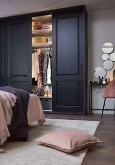 Schuifdeurkast met klassieke stijldeur. Bedroom Built In Wardrobe, Wardrobe Room, Bedroom Closet Design, Home Bedroom, Master Bedroom, Bedroom Decor, Bedrooms, Home Interior, Interior Design