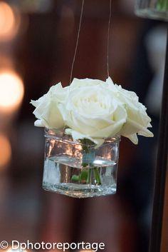 Gli invitati poi escono con i fiori dei banchi raccolti per ricordare il giorno