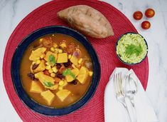 Chili de patates douces Thai Red Curry, Chili, Vegan, Ethnic Recipes, White Bean, Mustard Seed, Sweet Potato, Cherry Tomatoes, Dressing