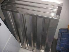 Filtros tipo laberinto en acero inoxidable AISI 304 calibre 24 desmontables que impiden el paso de partículas de grasa hacia los ductos y el extractor.
