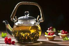 """Sabias que? Pasemos a ver estos cinco mitos, verdades y leyendas acerca del té: """"Cualquier hierba que se bebe caliente en una taza es té"""": Craso error. Únicamente pueden ser consideradas como té las infusiones que se obtienen a partir de la planta llamada Camellia Sinensis. Esto es té verde, rojo, negro y sus diferentes variedades. El resto son tisanas o infusiones.""""El consumo de té puede dejarme anémico"""": Si bien la forma en que se suele expresar esto suena demasiado exagerada, el té…"""