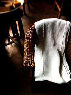 白が美しいリネンの古布を見つけた。  古伊万里の白とも李朝の白ともまた違う完成された白に感じる。  使われ洗われ出来上がった白なんだろう。  使い込んだ麻の温かみとポジャギのような繕いもいい表情。  滝に打たれたり修行するときの着物の古生地だそうだ。  いいもの見つけた。