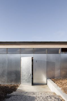 Springhill House by Lovell Burton Architecture is a utilitarian country home that is tailored to the client's lifestyle both now and for the future. Australian Architecture, Australian Homes, Residential Architecture, Wooden Columns, Timber Structure, Rural Retreats, Exterior Cladding, Steel Panels, Urban Setting