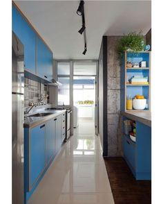 Na cozinha de seu apartamento, a arquiteta Marcela Madureira quis contrastar a base branca com os armários revestidos de Formica azul. Repare que não há puxadores, e sim rasgos. Marcela aproveitou o dente da parede e criou um armarinho com nichos na lateral da bancada. @marcela.madureira #cozinha #kitchen #decorideas #decoração #decoration #luznatural