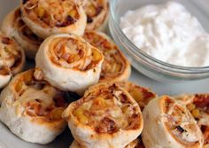 pizza pizzás csiga csiga oregánó salsa szósz pizzaszósz leveles tészta sonka kukorica olajbogyó sajt