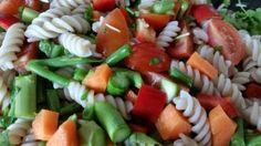 Opskrift på glutenfri pastasalat, der er let at tilberede med de grøntsager, der er i sæson lige nu