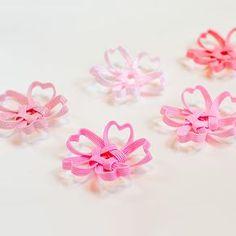 季節感たっぷりの桜の箸置きです。テーブルに花が咲いたように春の気分を味わえます。 立体的に作られており、季節を味わう和のインテリア小物として、お部屋に飾るのもおすすめです。 少しずつピンクの色味が違うので、たくさん並べると美しいピンクのグラデーションを楽しめます。52 Kanzashi Flowers, Silk Flowers, Diy And Crafts, Arts And Crafts, Paper Crafts, Paper Quilling Cards, Paper Cut Design, Best Mothers Day Gifts, Ribbon Jewelry