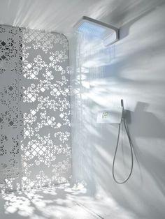Blanche du sol au plafond, cette pièce pourrait bien être le prototype de la salle de bains du futur. La paroi n'est pas en verre, elle est opaque et laisse passer la lumière extérieure à travers ... #maisonAPart Plus