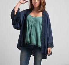 kimono azul con detalle de encaje