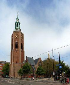 De 'Grote Kerk' wordt samen met 'Het Binnenhof' – nummer twee in deze lijst – tot de oudste gebouwen van Den Haag gerekend. Al sinds de 13e eeuw staat er een kerk op deze locatie. Hoogstwaarschijnlijk was deze in eerste instantie opgetrokken uit hout. Omstreeks 1420 is de toren naast de kerk gebouwd. Nog altijd vormt de 'Haagse toren' een onderdeel van de Haagse skyline. De 'Grote Kerk' – die ook wel bekend staat als de 'Sint-Jacobskerk' – wordt graag bezocht door de Oranjes. Utrecht, Rotterdam, La Haye, Brick Construction, Holland Netherlands, The Hague, Old Building, 16th Century, Dutch
