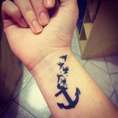 Las anclas representan la firmeza y la fuerza para no dejar que nada te haga perder la estabilidad. ¿Un buen símbolo para llevarlo tatuado en la piel, verdad...