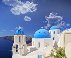 If you're looking for things to do in Santorini for your Santorini holidays - look no further! Get started with our Santorini bucketlists! Santorini Holidays, Places Around The World, Around The Worlds, Popular Honeymoon Destinations, Holiday Destinations, Travel Destinations, Santorini Island, Santorini Greece, Romantic Escapes