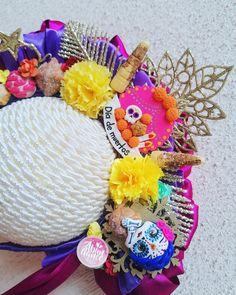 Bow moño pasta muertos catrina altar Balerina, Pasta Flexible, Halloween Christmas, Baby Headbands, Altar, Abundance, Bows, Wreaths, Disney