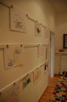 Wir hatten da noch eine freie ungenutzte Wand und das hier hat mich inspiriert zu eigenen Galerie, die auch sofort in Beschlag genommen wurde… …leicht zu wechseln, die unterste Leiste ist auch für die kleine Annabelle erreichbar – und für fast kein Geld (Latten ausm Baumarkt, weißer Acryllack, Klammer von... Read More →