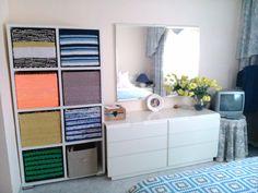 Asi queda mi estanteria con cajas de trapillo en mi habitación, una solución estupenda para el almacenaje.