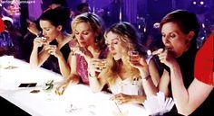 Te pedirás otra copa. | 25 Cosas que ocurren cuando te emborrachas con tu mejor amigo