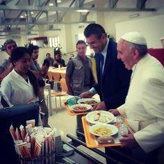 El Papa Francisco almuerza en el comedor de empleados del Vaticano.