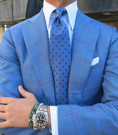Beautiful blue - collar, tie and lapels are a bit on the wide side for my taste, but a good look nonetheless.