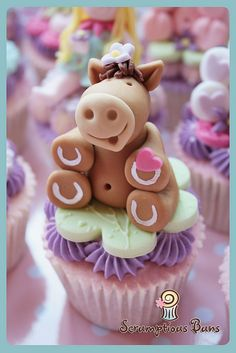 Horse Fondant Figure - by Scrumptious Buns This is totally cute and all, but... am I the only one that noticed the hooves are painted upside down??