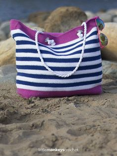 Crochet Purses Ideas Hit the beach in style with your own gorgeous hand-crocheted beach bag. - Hit the beach in style with your own gorgeous hand-crocheted beach bag. Crochet Beach Bags, Crochet Market Bag, Crochet Diy, Crochet Tote, Crochet Handbags, Crochet Purses, Crochet Crafts, Crochet Baskets, Hand Crochet