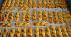 Τα νοστιμότερα πασχαλινά κουλουράκια που έχετε δοκιμάσει είναι εύκολη και γρήγορη!! Greek Sweets, Greek Desserts, Greek Recipes, Koulourakia Recipe, Hot Dog Buns, Biscotti, Easter Eggs, Waffles, Sausage