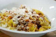 Seelenfutter: Tim Mälzer ist nicht der einzige, der Spaghetti Bolognese zu seinen Lieblingsgerichten zählt. Hier zeigt er seine Variante mit gezupftem Fleisch.