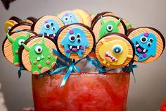 Uma turma de monstrinhos invadiu a festinha do Bernardo! A decoração ficou mega colorida, do jeito que as crianças gostam!O bolo criativo da Elaine Monteir