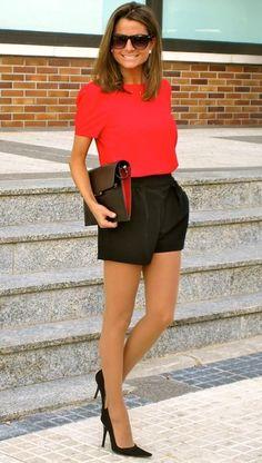 Acheter la tenue sur Lookastic: https://lookastic.fr/mode-femme/tenues/chemisier-a-manches-courtes-short-escarpins-pochette-lunettes-de-soleil/11076 — Chemisier à manches courtes rouge — Lunettes de soleil brunes foncées — Pochette en cuir noire — Short noir — Escarpins en daim noirs
