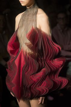 Iris Van Herpen at Couture Fall 2018 Wenn Mode zur Kunst wird und Kleider zum Design-Objekt: Iris Van Herpen at Couture Fall Inspiration. The post Iris Van Herpen at Couture Fall 2018 appeared first on Best Ideas For Women. Fashion Mode, Look Fashion, New Fashion, Trendy Fashion, Runway Fashion, Fashion Art, Fashion Beauty, Fashion Show, Fashion Tips