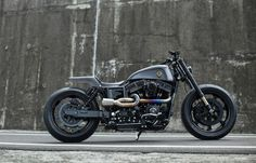 the 'urban cavalry', a redesigned harley-davidson 'dyna' by taipei-based winston yeh, has a sinister, sci-fi look to it. as a former roland sands protégé, winston, has made a name for himself with milwaukee metal. the custom bike is based on a 2014-spec 'dyna street bob' but its running kawasaki sportbike forks and a custom alu swing arm, powers a boost from S&S 'super G' carburetion and a titanium exhaust worthy of a Formula 1 car