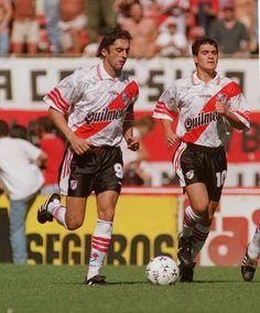 Enzo Francescoli and Ariel Ortega of River Plate Best Football Players, Sport Football, Classic Football Shirts, Football Photos, Football Uniforms, World Of Sports, Adidas, Carp, Ariel