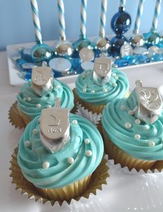 Cute idea for a Menorah and Hanukkah Dreidel Cupcakes Feliz Hanukkah, Hanukkah Food, Hanukkah Decorations, Christmas Hanukkah, Hannukah, Happy Hanukkah, Hanukkah 2017, Hanukkah Recipes, Hanukkah Crafts