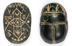 SCARABÉE, les détails finement exécutés, le plat gravé de divers symboles. Stéatite noire. Art Cananéen, milieu du Ier millénaire av. J.-C.