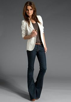 Arbeitskleidung Linen Shrunken Blazer in White Although the model looks horribly misshapen (photosho Casual Work Outfits, Blazer Outfits, Business Casual Outfits, Work Attire, Work Casual, Casual Chic, Cute Outfits, Outfits With Bootcut Jeans, Trouser Jeans Outfit
