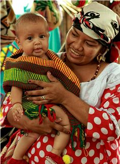 ragazza con bambino wayuu (colombia)