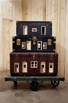 Bo Christian Larsson Mobile Home, 2012 Vintage suitcases, dollhouse doors and windows, and industrial wagon = industrial fairy houses ; Muñeca Diy, Diy Crafts, Miniature Houses, Miniature Dolls, Vintage Suitcases, Vintage Luggage, Vintage Trunks, Tiny Dolls, Miniture Things