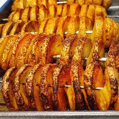 Recept na víkend: Vynikajúce pečené zemiaky podľa Jara Bekra - ahojmama.sk Sausage, Meat, Food, Sausages, Hoods, Meals, Hot Dog, Chinese Sausage