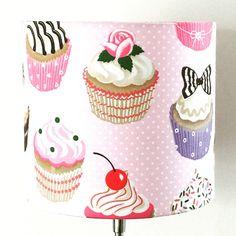 Für Schleckermäulchen nur das Beste!  An diesem süssen Lampenschirm kann man sich gar nicht sattsehen.   Cupcakes überall!  Als Schirm für eine Steh- oder Hängelampe zu verwenden.  E27...