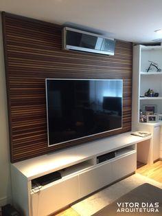 Painel ripado em cumaru com rack em laca branca. Projeto realizado pelo escritório Vitor Dias Arquitetura - vdarquitetura.com