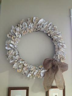 Big Oyster Wreath Beach Wreaths, Xmas Wreaths, Deco Mesh Wreaths, Oyster Shell Crafts, Oyster Shells, Driftwood Crafts, Seashell Crafts, Shell Wreath, Pearl Design
