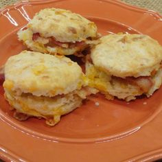 'Just saved Bacon Biscuit Bites in my Recipe Box! Breakfast Dishes, Breakfast Time, Breakfast Recipes, Bacon Breakfast, Breakfast Sandwiches, Bacon Recipes, Brunch Recipes, Cooking Recipes, Yummy Recipes