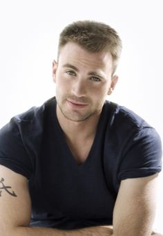 I've been looking for a pic of Chris Evans where he is sexy without being over-the-top insanified smoldery-eyed oiled-up shirtless-as-hell kind of sexy. This will do for the moment.