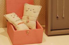 make little skinny pillow for bracelet display, use linen & embroidery