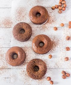 Healthy baked chocolate donuts made with only a few ingredients and ready in no time! Healthy, vegan, gluten-free, oil-free and refined sugar-free! Healthy Donuts, Healthy Vegan Snacks, Vegan Treats, Healthy Baking, Healthy Deserts, Chocolate Donuts, Healthy Chocolate, Chocolate Recipes, Vegan Donut Recipe