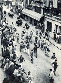 Fotos antiguas de los encierros de San Fermín - Mozos y toros por la calle Mercaderes #Pamplona #Sanfermines