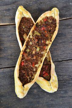 Retete turcesti: Pide cu carne de vita, Ayran si Salata de ceapa cu sumac - Bucătăria Urecheatei